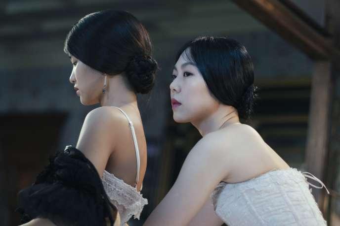 A droite, la « Mademoiselle » (Kim Min-hee) et à gauche, la servante (Kim Tae-ri).