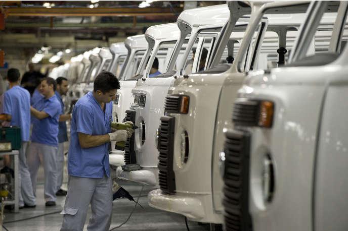 Des employés deVolkswagen travaillant sur une ligne de montage d'une usine de Sao Paulo (Brésil), le 9décembre2013.