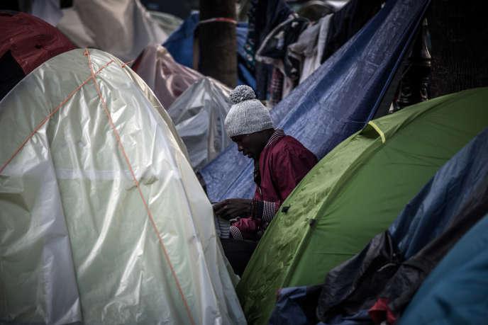Un migrant parmi les tentes d'un campement sauvage à Paris, le 27octobre.