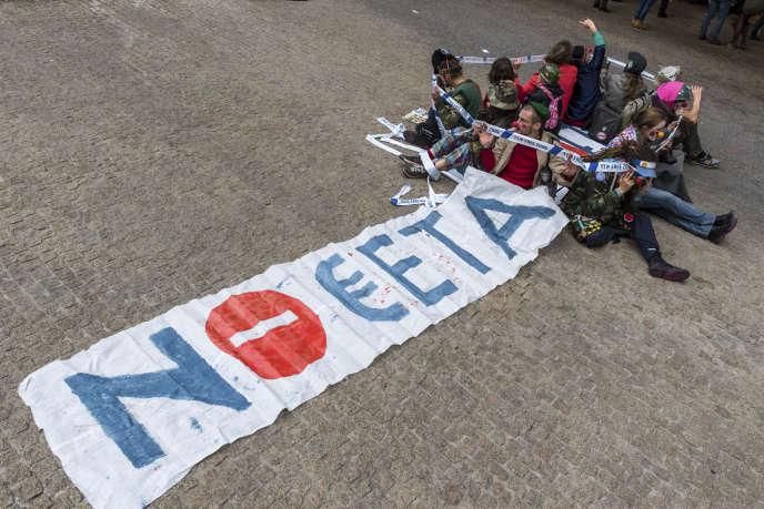 Des militants anti-CETA ont manifesté devant les institutions européennes, jeudi 27octobre, à Bruxelles.