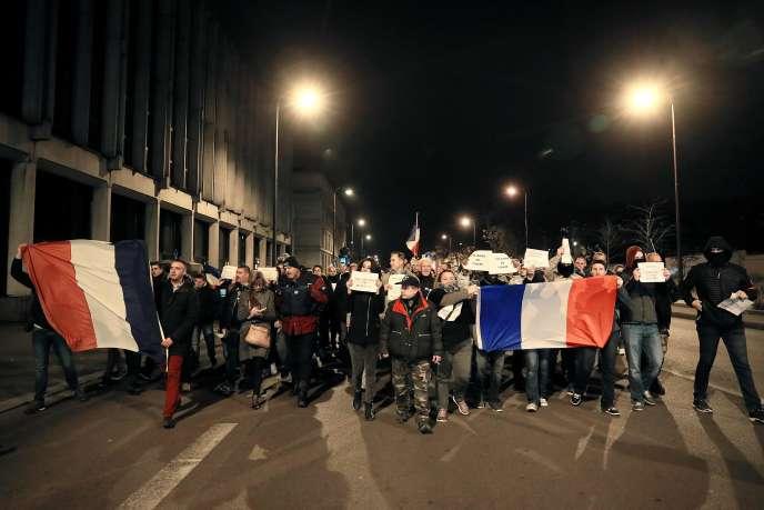 Manifestation de policiers devant chateau de Versailles vendredi soir 28 octobre.