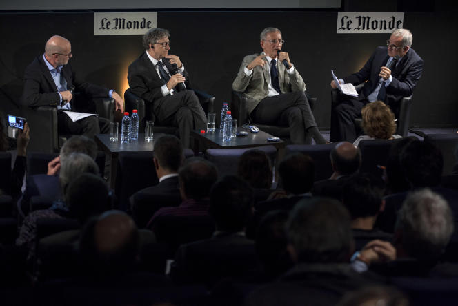 Le milliardaire américain Bill Gates et André Vallini, secrétaire d'Etat chargé du développement (au centre), à l'auditorium du «Monde», le 24 octobre 2016. A l'extrême gauche et à l'extrême droite, Philippe Escande et Vincent Giret, du« Monde».