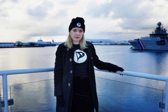 Sara Oskarsson, candidate du Parti pirate islandais sur le bateau qui sert de QG au mouvement, à Rejykjavik.