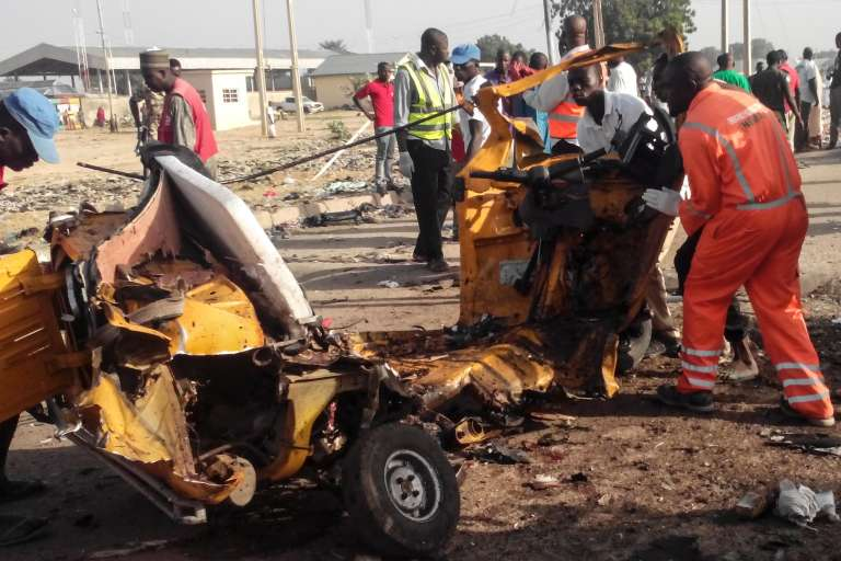 Les restes d'un véhicule après les deux explosions qui ont frappé les abords de Maiduguri samedi 29 octobre.