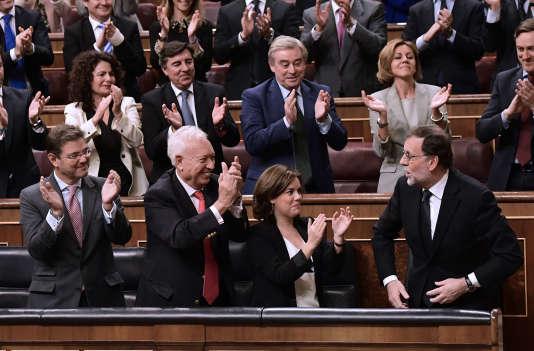 Les députés du parti populaire applaudissent Mariano Rajoy (à droite), lors de sa réélection comme premier ministre, à Madrid, le 29 octobre.