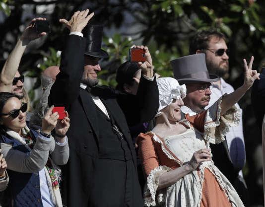 Habillé comme Abraham Lincoln, un homme est venu saluer Barack Obama à son départ pour un meeting de soutien à Hillary Clinton en Iowa.