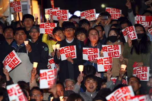 Des manifestants réclament la démission de la présidentePark Geun-hye, le 29 octobre à Séoul.
