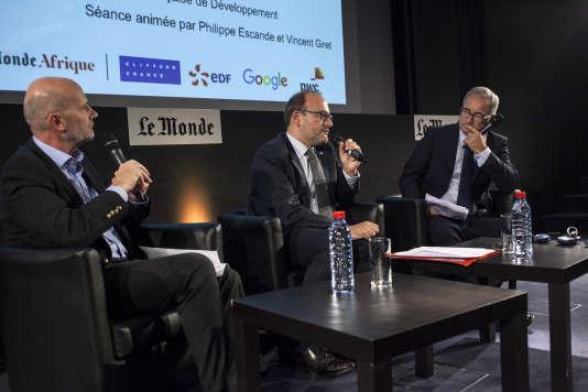 Rémi Rioux, directeur général de l' Agence française de développement, entouré de Philippe Escande (gauche) et Vincent Giret (droite), journalistes au« Monde».
