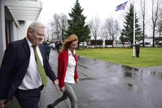 Le premier ministre islandais Sigurdur Ingi Johannsson à sa sortie d'un bureau de vote à Fludir, le 29 octobre.