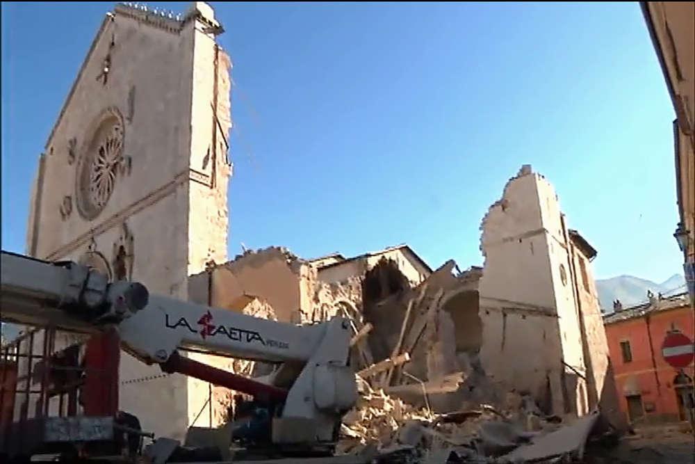 Le séisme a détruit de nouveaux bâtiments, dont la célèbre basilique San Benedetto de Norcia, sans toutefois faire de victimes.