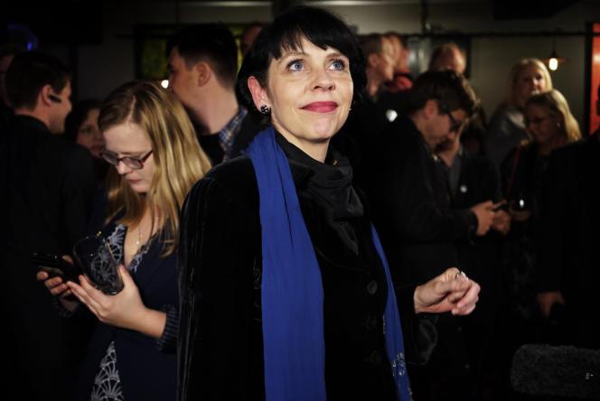 La dirigeante du Parti pirate, Birgitta Jonsdottir suit le dépouillement des votes à la télévision, le 29 octobre.