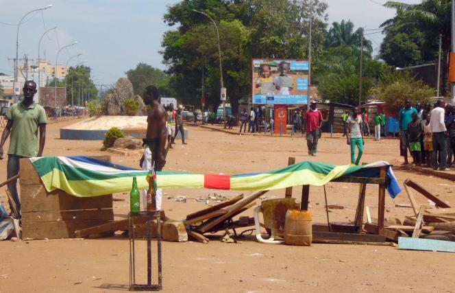 Des civils ont érigé une barricade pour protester contre la présence des casques bleus, à Bangui, le 24 octobre.