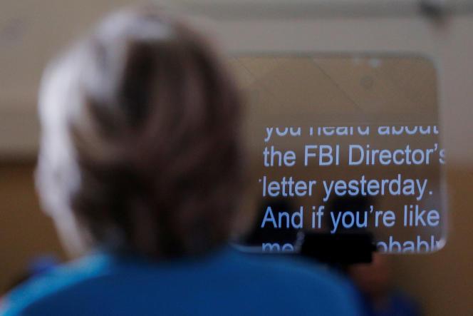 Hillary Clinton, devant son prompteur, alors qu'elle évoque l'enquête du FBI sur ses e-mails dans son discours à Daytona, Floride, le 29 octobre.