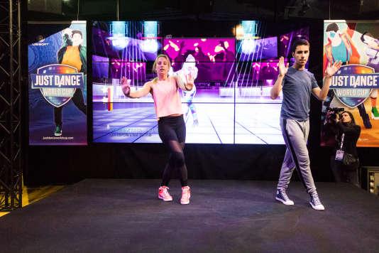 Un stand «Just Dance». Le principe: le public danse comme les animateurs sur des sons techno grand public. (Ici, sur la version Kinect.)