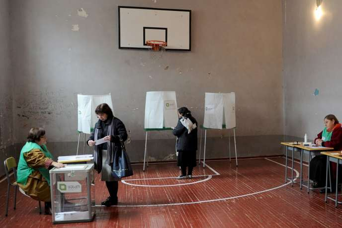Un bureau de vote de Tbilissi, le 30 octobre, pour le second tour des législatives.