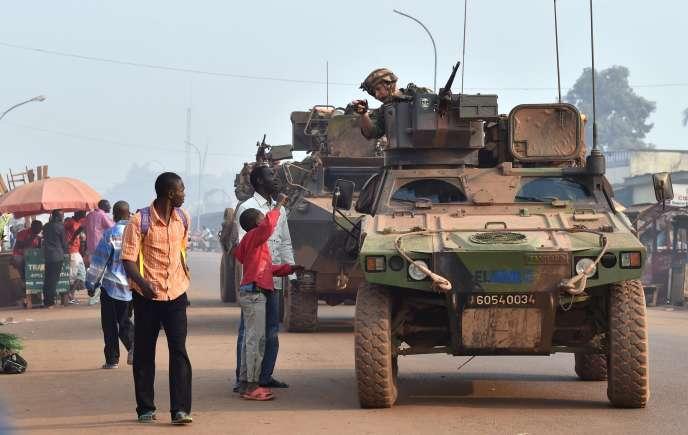 Des soldats de l'opération Sangaris, en patrouille dans le district musulman PK 5 à Bangui, la capitale de Centrafrique.