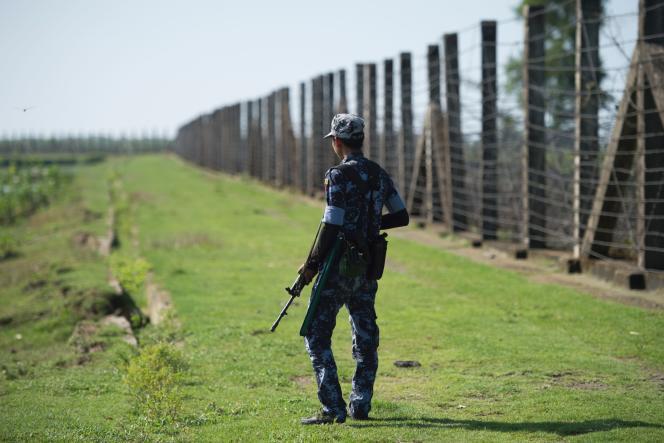 Un garde-frontières birman surveille la frontière entre la Birmanie et le Bangladesh, le 15 octobre 2016 dans l'Etat de l'Arakan.