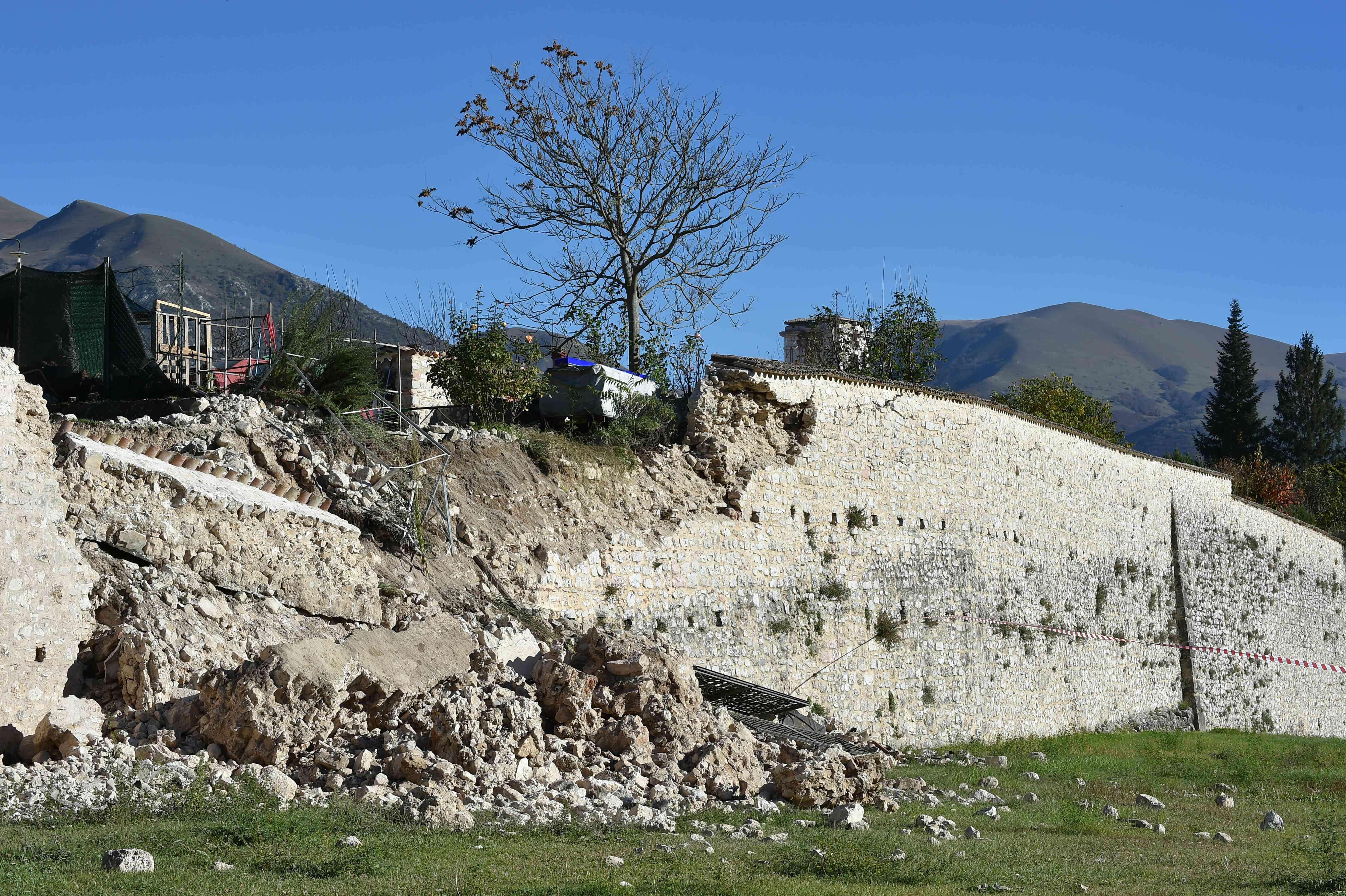 Dans cette région où près de 300 personnes ont trouvé la mort à la fin du mois d'août lors d'un puissant tremblement de terre, la plupart des villages avaient déjà été évacués.