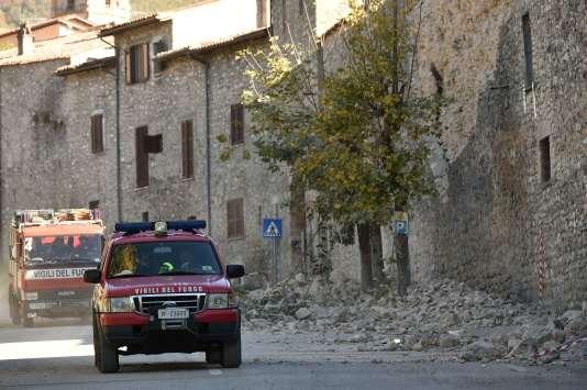 Les pompiers interviennent à Norcia, dans le centre de l'Italie, après un séisme le 30 octobre.