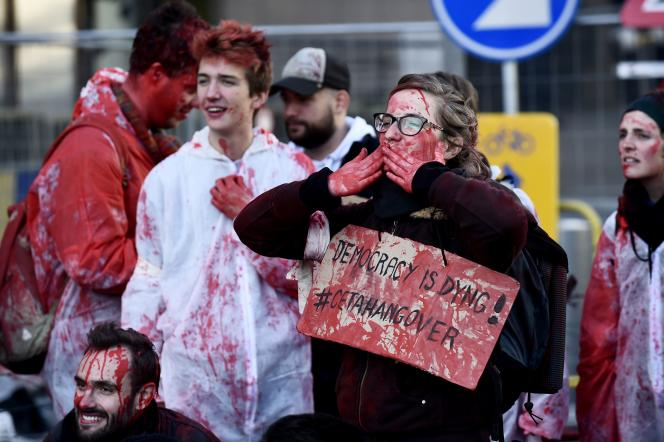 Des manifestants devant le siège du Conseil de l'UE à Bruxelles, lors de la signature du CETA, le 30 octobre.