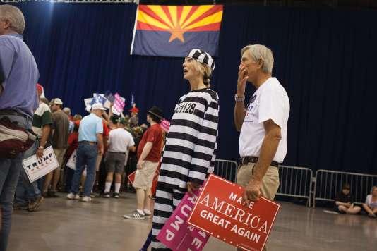 Une militante pro-Trump, Sharon Crain, déguisée en Hillary Clinton prisonnière, lors d'un meeting de son candidat à Phoenix, le 29 octobre.