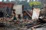 Des enfants récupèrent des matériaux dans le ruines d'un marché incendié dans unvillage rohingya, près de Maugndaw, dans l'Etat d'Arakan, le 27 octobre.