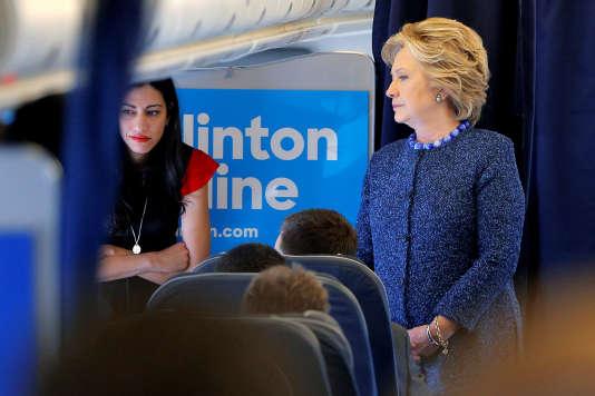 Hillary Clinton et Huma Abedin à bord de l'avion de campagne de la candidate, le 28 octobre 2016.