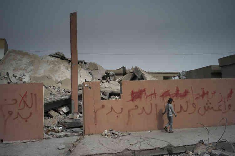 Sur le mur, les inscriptions des habitants de la ville: «Etat islamique, assassin d'innocents ».