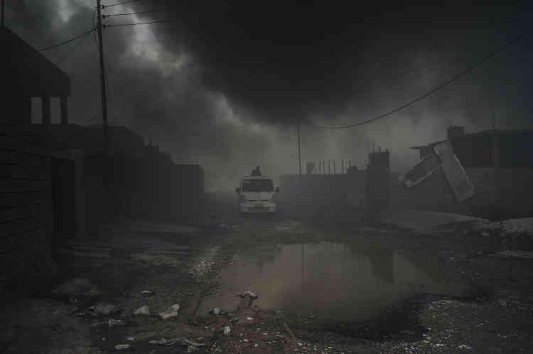 La rue centrale d'Al-Qayyarah est un véritabledécor apocalyptique.