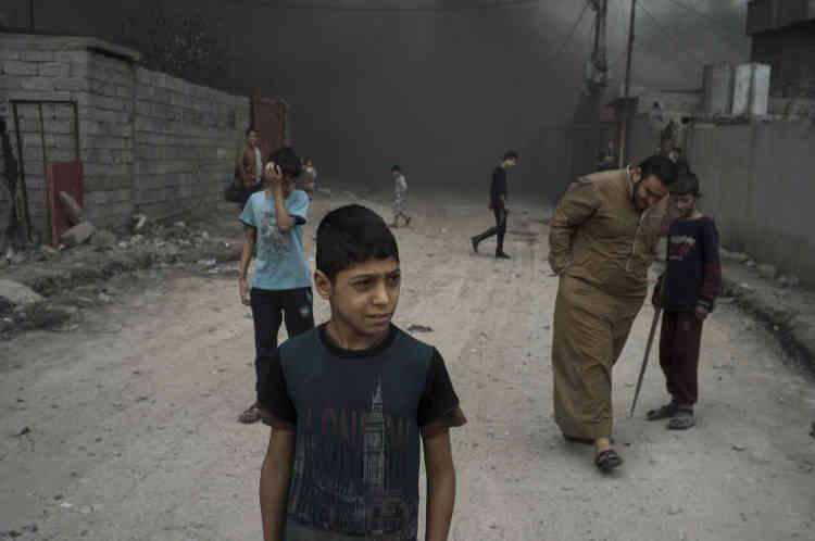 Un « brouillard» noir a envahi les rues de la ville d'Al-Qayyarah.