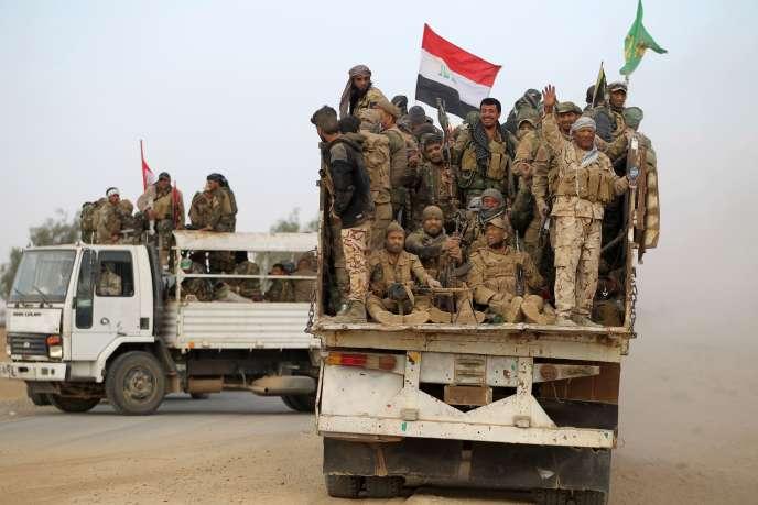 Des combattants de la « mobilisation populaire», en route vers Mossoul, le 31 octobre.