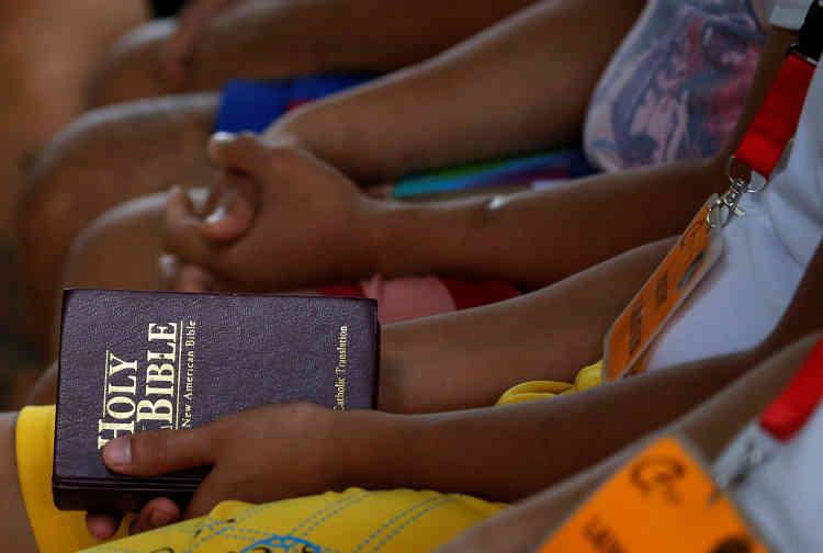 Avant le début d'une session de yoga au Center for Christian Recovery, un centre de désintoxication privé, à Antipolo, dans l'Etat de Rizal, aux Philippines, le 28 septembre.