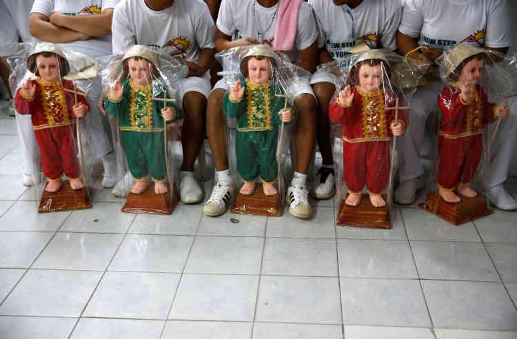 Les patients qui ont terminé un programme de six mois reçoivent une statue de l'Enfant Jésus ou Sto Nino au Central Luzon Drug Rehabilitation Center, le 11 octobre.