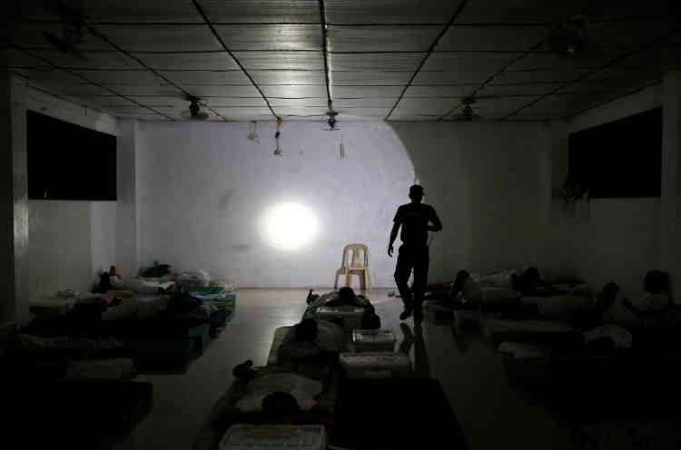 Un garde contrôle un dortoir du Central Luzon Drug Rehabilitation Center, dans la province de Pampanga, dans le nord des Philippines, le 30 septembre.