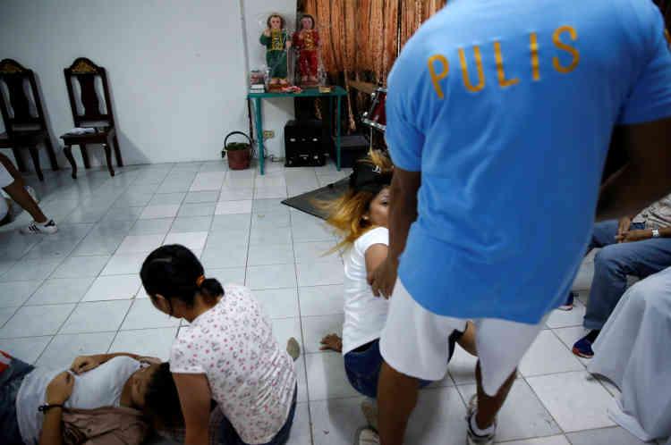 Pendant une cérémonie marquant la fin d'une session de six mois pour quarante-huit patients au Central Luzon Drug Rehabilitation Center, dans la province de Pampanga, dans le nord des Philippines, le 11 octobre.