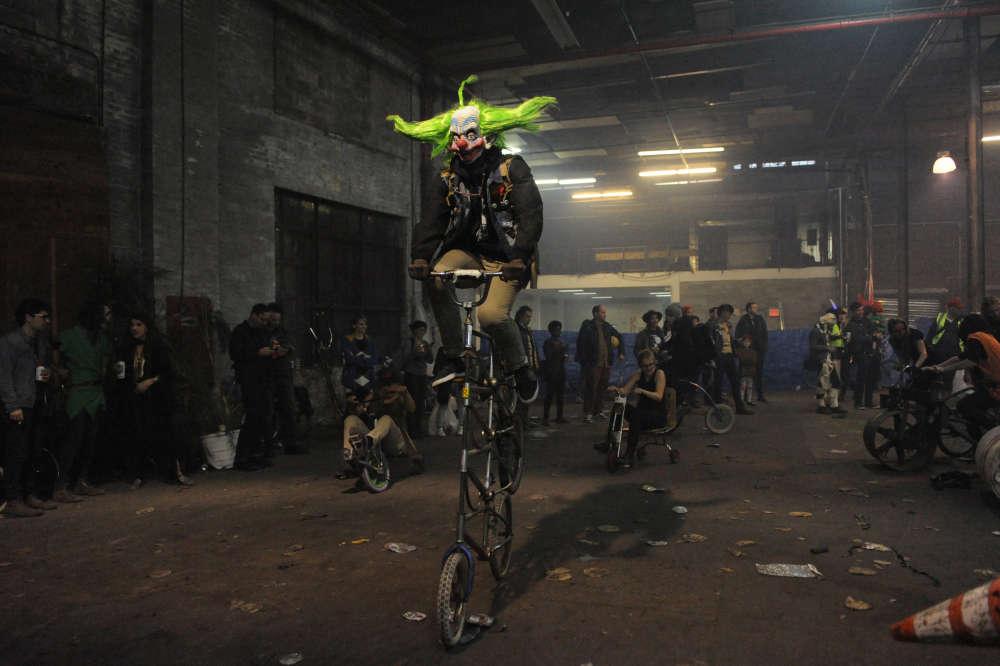 Des gens déguisés pour Halloween font du vélo pendant Bike Kill 13 –un rassemblement annuel de constructeurs de vélos faits maison–,dans le quartier de Brooklyn à New York, le 29 octobre.