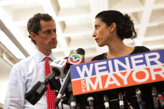 Anthony Weiner annonçant sa candidature à la mairie de New York, accompagné de Huma Abedin, le 23juillet 2013, à New York.