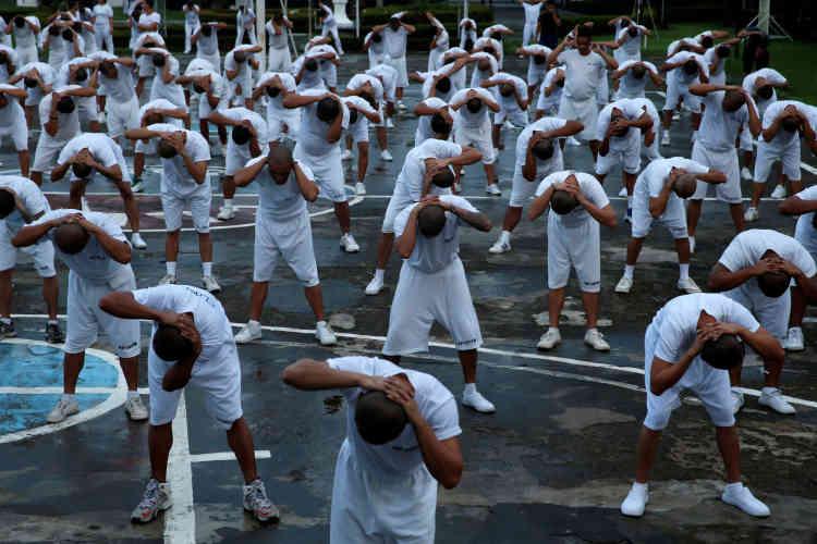 Des pensionnaires du Central Luzon Drug Rehabilitation Center de Pampanga à l'exercice, le 1 octobre.