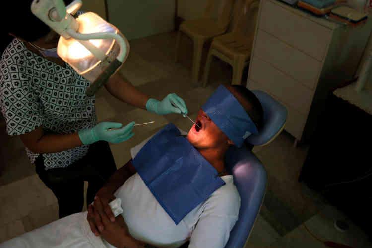 Un dentiste se prépare à extraire une dent d'un pensionnaire, au Central Luzon Drug Rehabilitation Center, le 6 octobre.