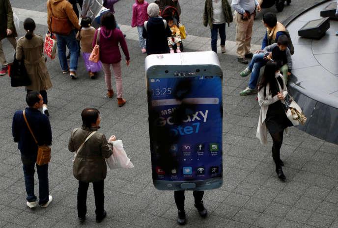 Une personne portant un costume de Galaxy Note7 ayant explosé, dans les rues de Kawaski, au Japon, le soir d'Halloween.