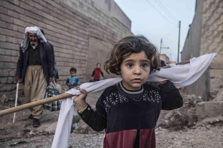 Une petite fille portant un drapeau blanc, le 31 octobre à Bazwaya.