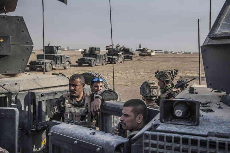 Le major Salam (au premier plan) à la tête de la colonne des forces spéciales d'ISOF (Iraqi Special Operations Forces–« Forces des opérations spéciales irakiennes»)1 et3 (Division d'or, ICTF) devant la ville de Bazwaya encore sous le contrôle de l'Etat islamique, le31octobre.