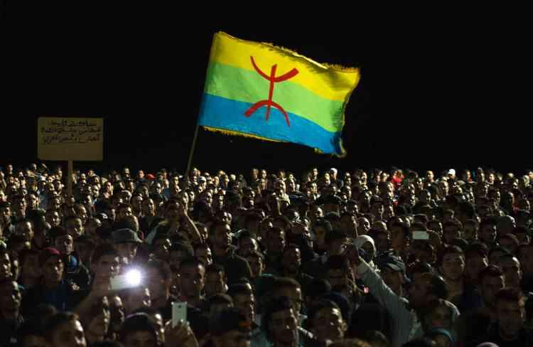 Comme plus tôt dans la journée, des manifestants ont brandi le drapeau berbère.