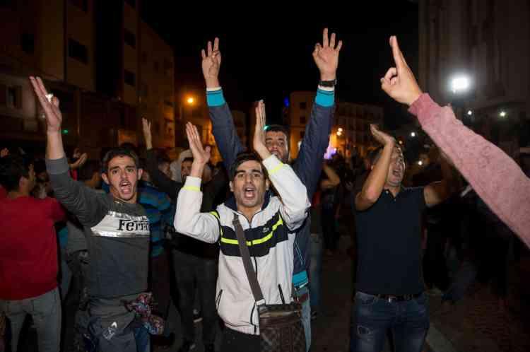 """Les manifestants scandaient «Criminels, assassins ! », «Arrêtez la hogra (""""l'arbitraire"""")! », ou encore «Ecoute makhzen (""""palais royal""""), on n'humilie pas le peuple du Rif!»."""