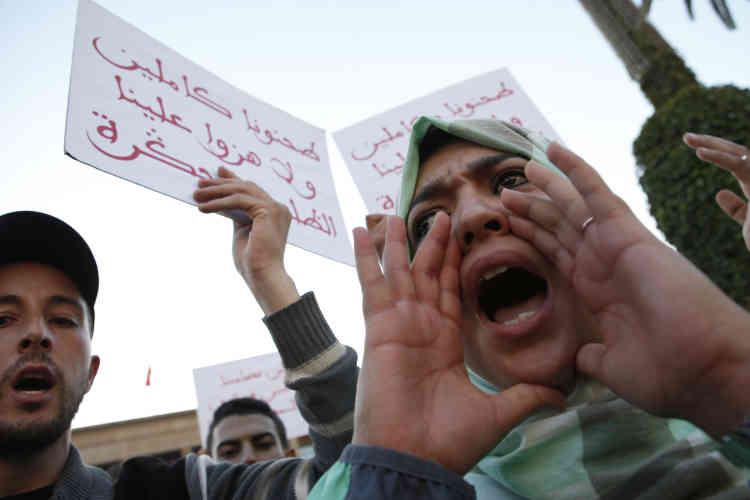 Une femme hurle des slogans tels que : « Broyez-nous ou respectez-nous !», à Hoceima, dans le nord du Maroc, dimanche 30 octobre.