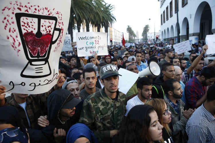 L'un des manifestants d'Hoceima brandit le dessin d'un mixeur en rapport avec la façon donc Mouhcine Fikri est mort: happée par une broyeuse, dimanche30octobre.