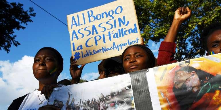 Des Gabonais dénoncent à Marseille les fraudes lors de la réélection d'Ali Bongo au Gabon en septembre 2016 contre l'opposant Jean Ping, ancien cacique du régime d'Omar Bongo.