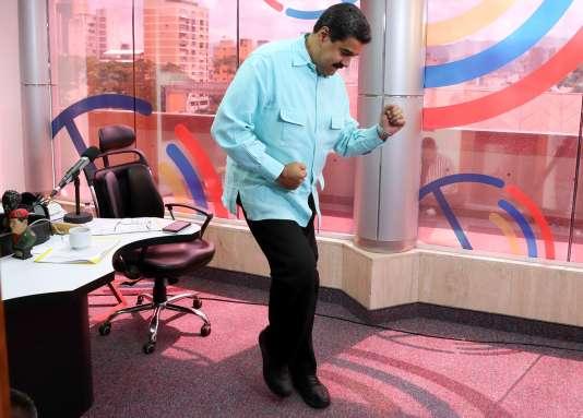 Le président du Venezuela, Nicolas Maduro, en pleine crise politique, participe à une nouvelle émission de radio sur la salsa.