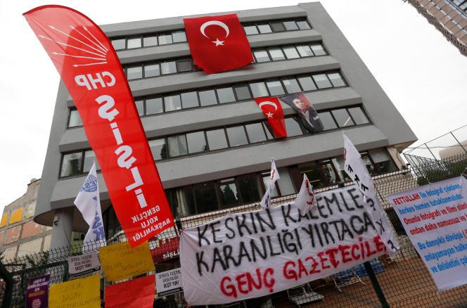 Devant le siège du quotidien« Cumhuriyet», à Istanbul, le 1er novembre.