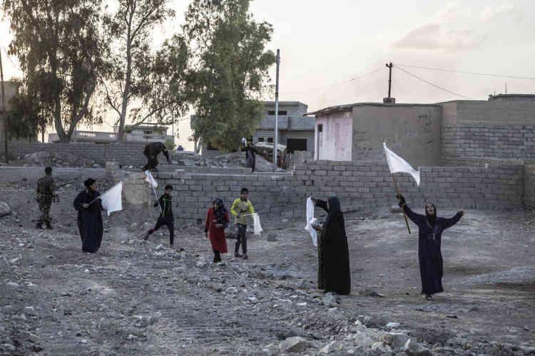 Des civils de Bazwaya vont au devant des forces de la Division d'or qui viennent d'entrer dans la ville, le 31 octobre.